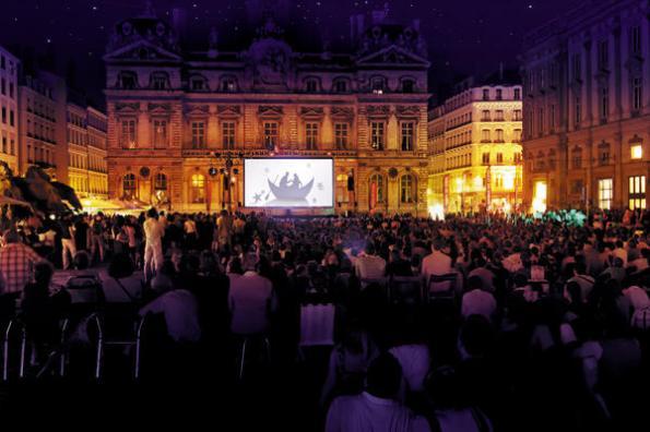 Videotransmission-de-la-Flute-enchantee-Place-des-Terreaux-Opera-de-Lyon_reference