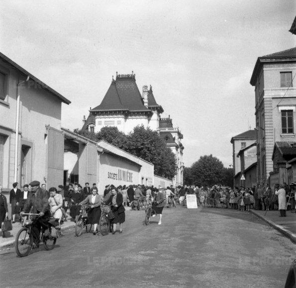 sortie-de-l-usine-lumiere-en-juin-1953-petit-clin-d-oeil-au-premier-film-tourne-avec-le-cinematographe-rue-du-premier-film-archives-le-progres